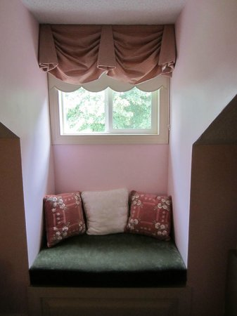 Kent Manor Inn: Window seat room 308