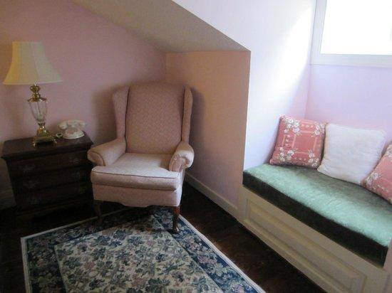 Waterfront Historic Kent Manor Inn: Seating room 308