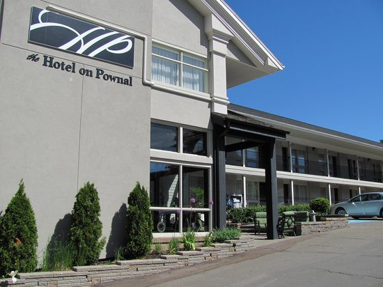 The Hotel on Pownal: Part of main entrance with small outdoor courtyard
