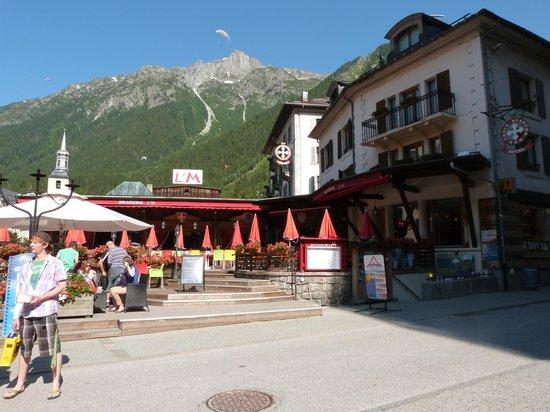 Hôtel Croix-Blanche : le super resto de l'hôtel et le bar qui donnent sur la rue principale