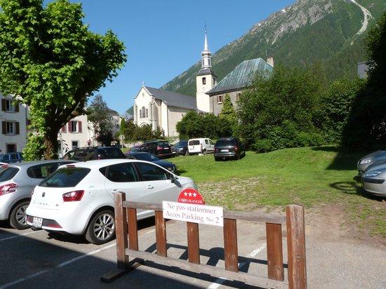 Hôtel Croix-Blanche : parking à l'arrière du bâtiment