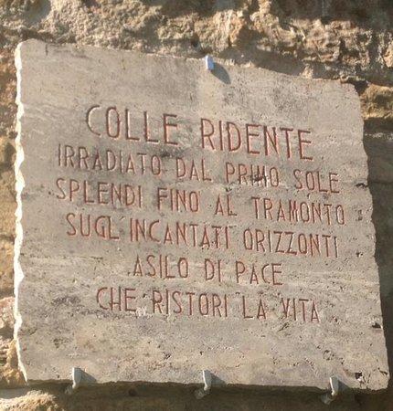 Colle Ridente Borgo Storico: La targa che accoglie gli ospiti all'ingresso