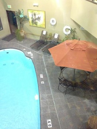 Holiday Inn Express Madison: poolside area