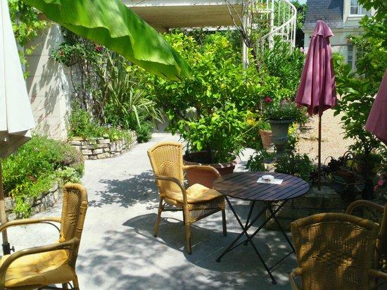 Hotel Diderot: beautifully gardened patio where you eat breakfast