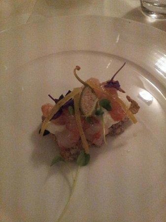 Casa Rispoli : Antipasto con salmone, gamberetti rossi crudi, scorza di limone e cappero. fantastico