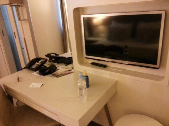 Art Hotel Kalelarga : The TV table