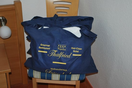 Hotel Thalfried: Tasche mit Gratis-Bademantel und Schlappen