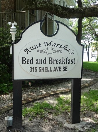 Aunt Martha's Bed & Breakfast: Sign in front of the house
