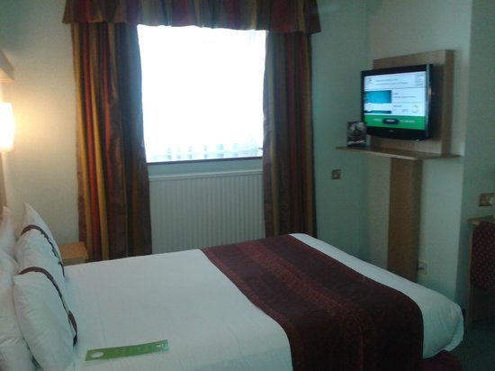 Holiday Inn Oxford Circus : View of room as enter