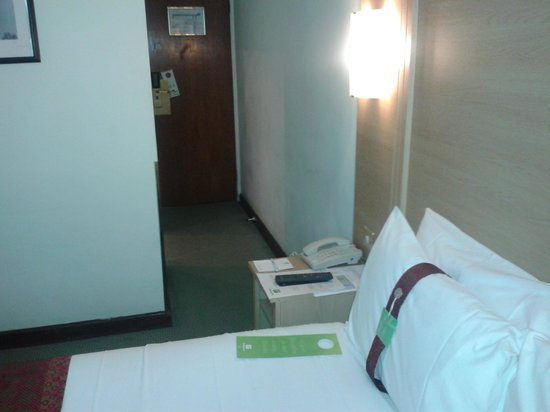 Holiday Inn Oxford Circus : View of bed and entrance to room