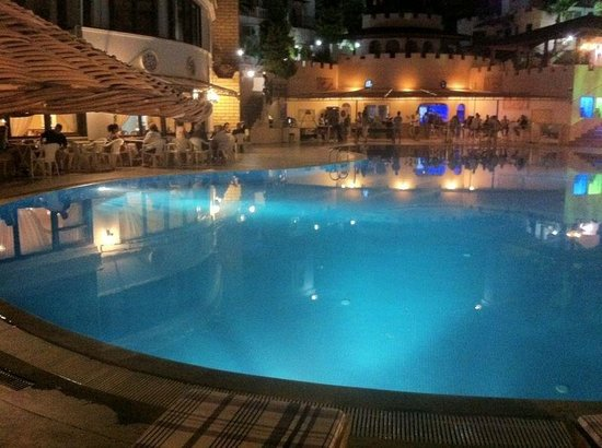 Family Belvedere: The pool at night!! Breath taking :)