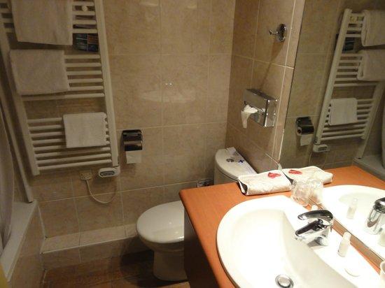 Kyriad Tours - Saint Pierre Des Corps - Gare: Banheiro limpo e novo! E com banheira! Porém pouco escuro