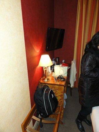 Kyriad Tours - Saint Pierre Des Corps - Gare: Detalhe do quarto. defeito: sem frigobar