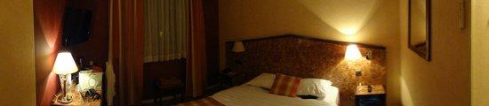 Kyriad Tours - Saint Pierre Des Corps - Gare : Vista geral do quarto. Excelente, confortável!