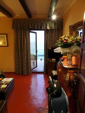 Rigat Park & Spa Hotel : Выход на балкон и букет от отеля