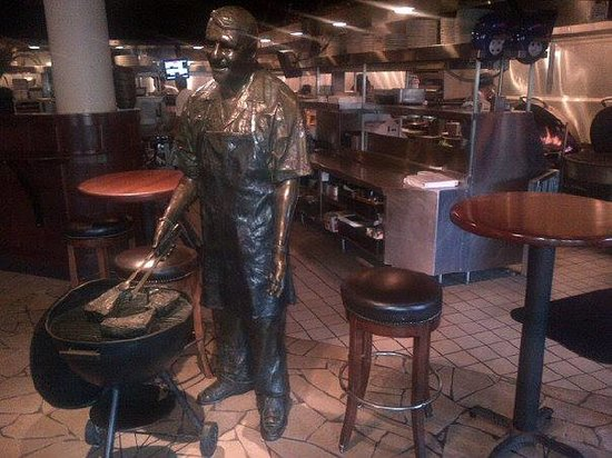 Weber Grill Restaurant: Cool statue at the inside entrance