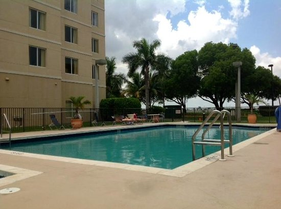 Homewood Suites Miami-Airport / Blue Lagoon : hotel pool