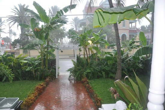 Southernmost Point Guest House: A little morning shower