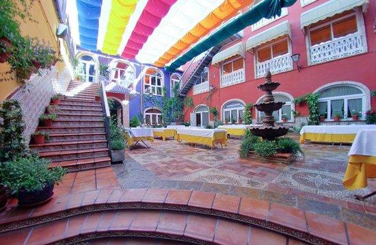 Hotel Plaza Manjón: Hotel & grounds