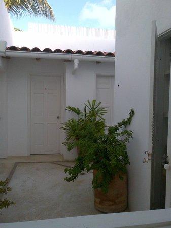 Villa Caracol: Vista desde baño a pasillo interno
