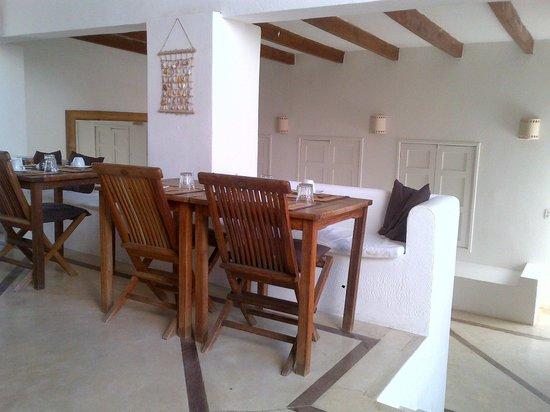 Villa Caracol: Comedor y area lounge abajo