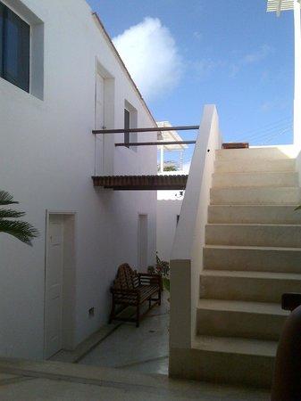 Villa Caracol: Terraza arriba y pasillo interno abajo