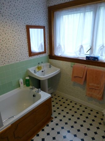 Gowan Brae House : Sink area in private bathroom for Room 1