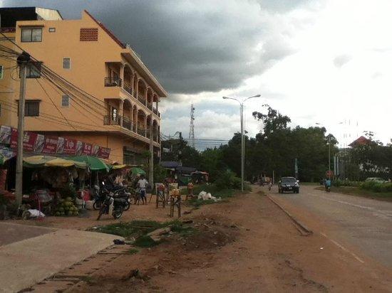 Siem Reap Bat Hotel: ホテル前の道