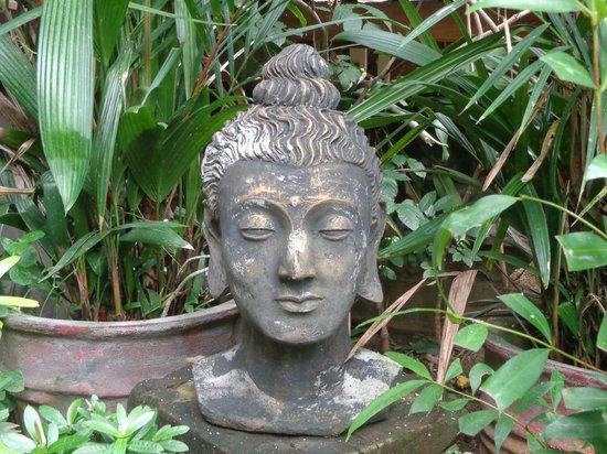 Geria Giri Shanti Bungalows : Buda im Garten