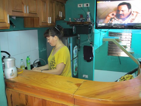 "Hanoi Hostel: The ""breakfast lady"" that make us breakfast every morning!!"