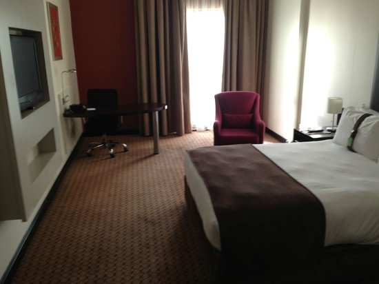 Holiday Inn Sandton - Rivonia Road: The bedroom and desk