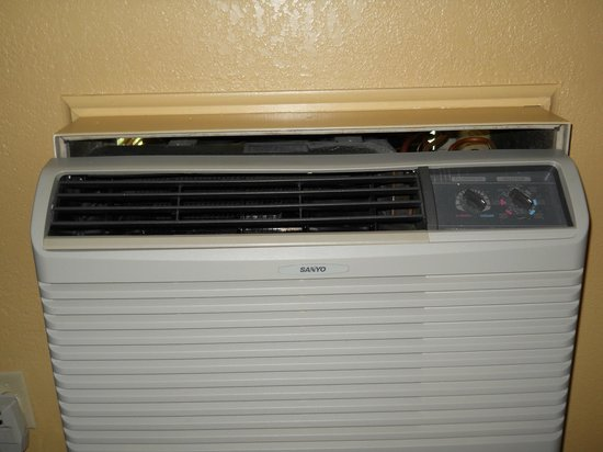 Econo Lodge Inn & Suites: Gap between wall and ac unit to out side