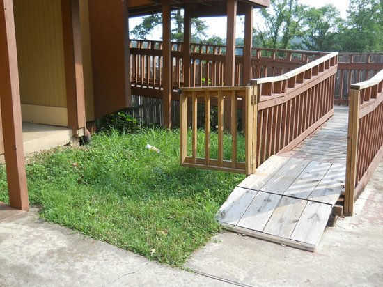 Motel 6 Hot Springs, AR : Unmowed Unkept grounds