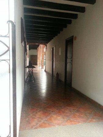 Hotel Meson de los Remedios: Pasillo y habitaciones, al fondo, la entrada al Meson