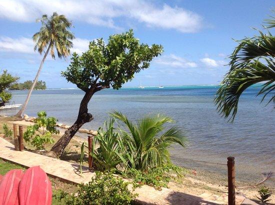 Petit Hotel Familial Fare Vai Nui : Vue de la terrasse des bungalows