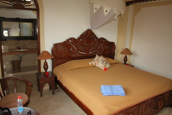 Hibiscus Cottages: Room and the bed