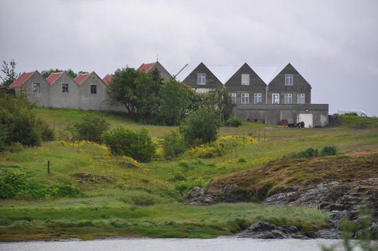 Bjarg: Ansicht von der Buchtseite
