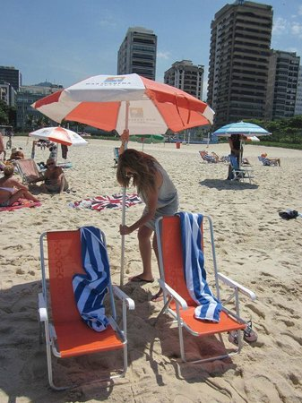 Mar Ipanema Hotel: Umbrellas, chairs and towels provided by hotel