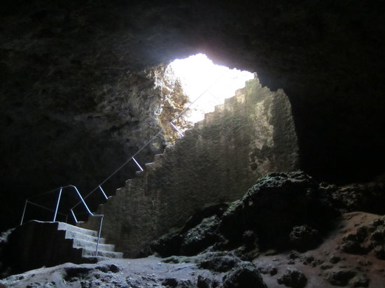 Mangapwani Coral Cave: View of the stairs from below