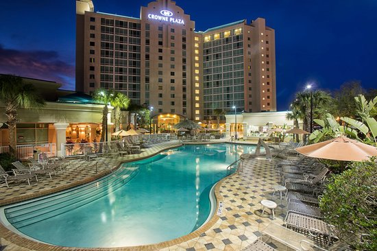 Crowne Plaza Orlando Universal: Hotel Exterior and Pool