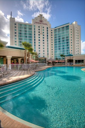 Crowne Plaza Orlando - Universal Blvd: Hotel Exterior and Pool