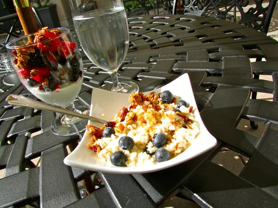 French Quarter Inn: Contintental breakfast on the patio