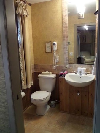 Buffaloberry Bed and Breakfast: The updated bathroom!