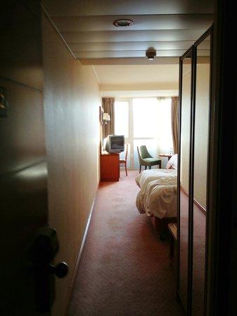 President Hotel : Vue de la chambre depuis l'entrée