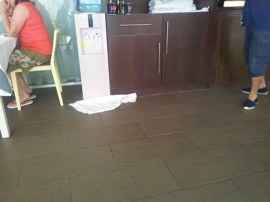 Nuba Hotel Coma-ruga: Mantel tirado por agua en el suelo, dicho mantel estuvo allí día y medio.