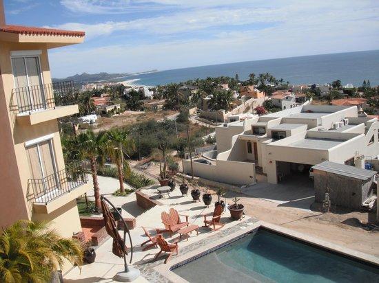 MariaMar Suites: Swimming pool and building