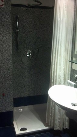 Best Western Plus Hotel Universo : Shower courtain didn't do a good job, but the top misting showerhead was divine