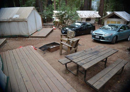 Fernwood Resort: Cars a feet from tent