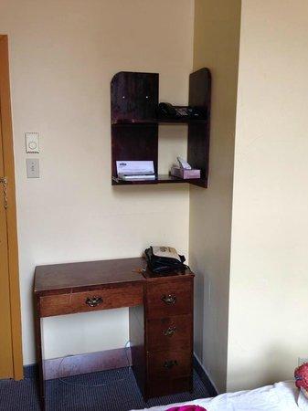 Hotel Champ-de-Mars: Este es el tocador y/o escritorio
