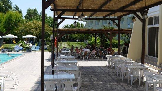 Afandou Beach Hotel: зона отдыха у бассейна